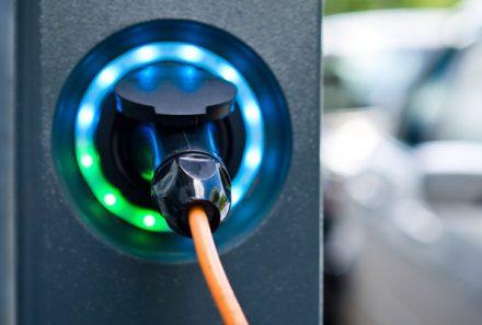 Las dificultades de la electromovilidad en Alemania: Hogares no están preparados para cargar autos